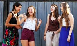 Девушки студентов имея потеху Стоковые Фотографии RF