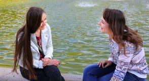 Девушки студентов имея потеху Стоковая Фотография