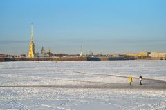 Девушки сфотографированы на льде реки Neva против Стоковое фото RF