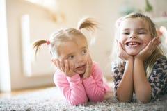 девушки счастливые немногая 2 смотреть камеру стоковое изображение