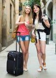 Девушки с багажом и картой Стоковое фото RF