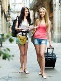 Девушки с багажом и картой Стоковая Фотография RF