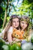 Девушки с игрушкой плюшевого медвежонка Стоковое фото RF