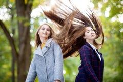 Девушки с длинными толстыми волосами на природе в парке Стоковые Изображения RF