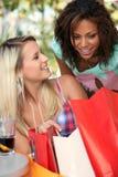 Девушки с их хозяйственными сумками Стоковые Фото