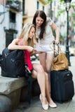 Девушки с картой чтения багажа Стоковая Фотография RF