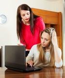 Девушки с компьтер-книжкой на офисе Стоковые Фотографии RF
