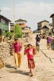 Девушки с корзинами в Непале Стоковые Фото