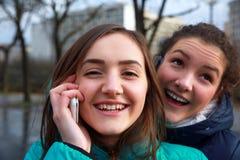 Девушки с мобильные телефоны Стоковая Фотография