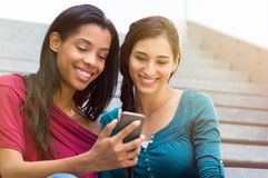 Девушки с мобильным телефоном внешним Стоковые Фотографии RF