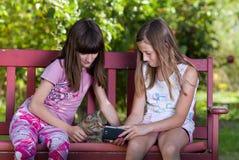 Девушки с мобильным телефоном Стоковые Фото