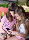 Девушки с мобильным телефоном Стоковые Изображения