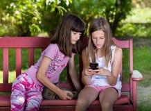Девушки с мобильным телефоном Стоковое фото RF