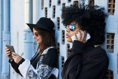 Девушки с мобильным телефоном Стоковое Изображение RF