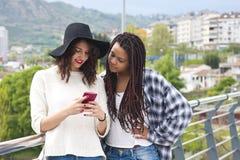Девушки с мобильным телефоном Стоковые Изображения RF