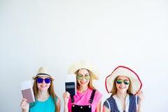 Девушки с пасспортами и билетами Стоковая Фотография
