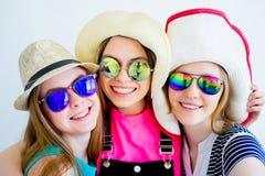Девушки с пасспортами и билетами Стоковая Фотография RF