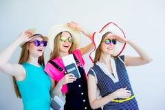 Девушки с пасспортами и билетами Стоковые Изображения RF