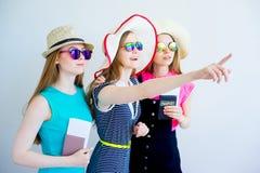 Девушки с пасспортами и билетами Стоковое фото RF