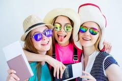 Девушки с пасспортами и билетами Стоковое Изображение
