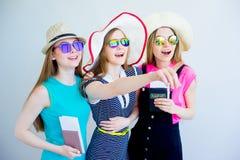 Девушки с пасспортами и билетами Стоковые Изображения