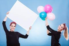 2 девушки с пустыми доской и воздушными шарами Стоковая Фотография RF