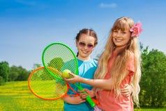 Девушки с ракетками тенниса Стоковая Фотография