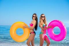 Девушки с резиновыми кольцами на курорте Стоковое фото RF