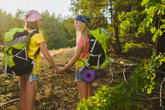 Девушки с рюкзаком в лесе холма рискуют, путешествуют, концепция туризма Стоковое Изображение