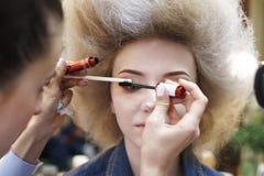 Девушки с сочным художником состава стиля причёсок делают состав Стоковое Изображение RF