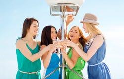 Девушки с стеклами шампанского на шлюпке Стоковые Фото