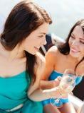 Девушки с стеклами шампанского на шлюпке Стоковое Изображение RF