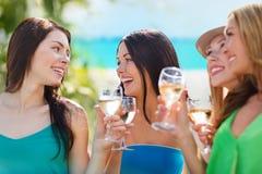 Девушки с стеклами шампанского Стоковые Изображения