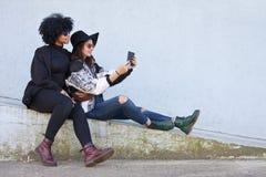 Девушки с таблеткой Стоковые Фото