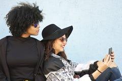 Девушки с таблеткой Стоковая Фотография RF