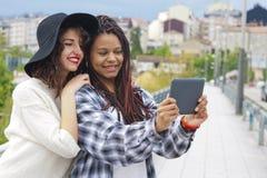 Девушки с таблеткой Стоковое Фото