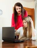 Девушки с тетрадью на офисе Стоковое фото RF