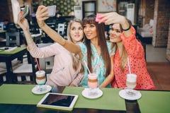 Девушки с телефонами Стоковое Изображение