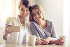 Девушки с устройством Стоковое фото RF