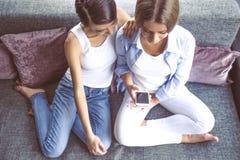Девушки с устройством Стоковое Фото