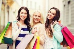 Девушки с хозяйственными сумками в городе Стоковое Изображение RF