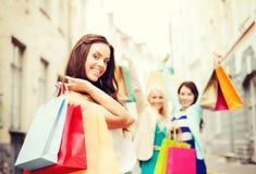 Девушки с хозяйственными сумками в городе Стоковые Фотографии RF