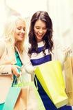 Девушки с хозяйственными сумками в городе Стоковое фото RF