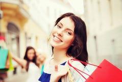 Девушки с хозяйственными сумками в городе Стоковое Изображение
