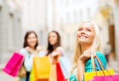 Девушки с хозяйственными сумками в ctiy Стоковые Фотографии RF