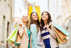 Девушки с хозяйственными сумками в ctiy Стоковые Изображения