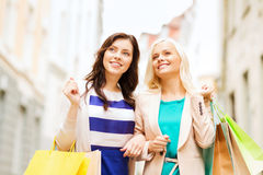 Девушки с хозяйственными сумками в ctiy Стоковое фото RF