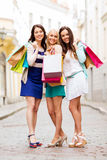 Девушки с хозяйственными сумками в ctiy Стоковая Фотография RF