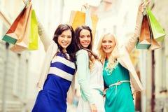 Девушки с хозяйственными сумками в ctiy Стоковые Изображения RF