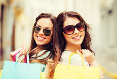 Девушки с хозяйственными сумками в ctiy Стоковое Изображение RF